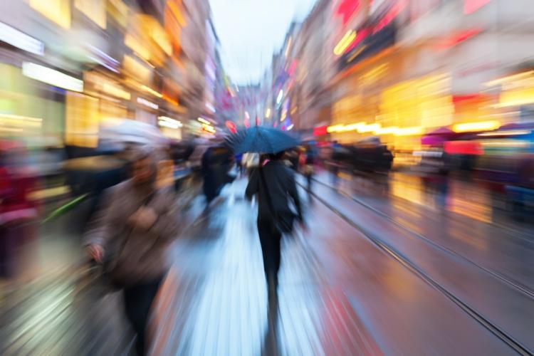 Zoombild einer regnerischen Einkaufsstrae zur Dmmerung