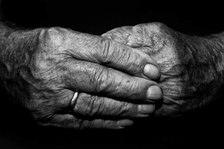 Hand Opa Großvater schwarz weiß