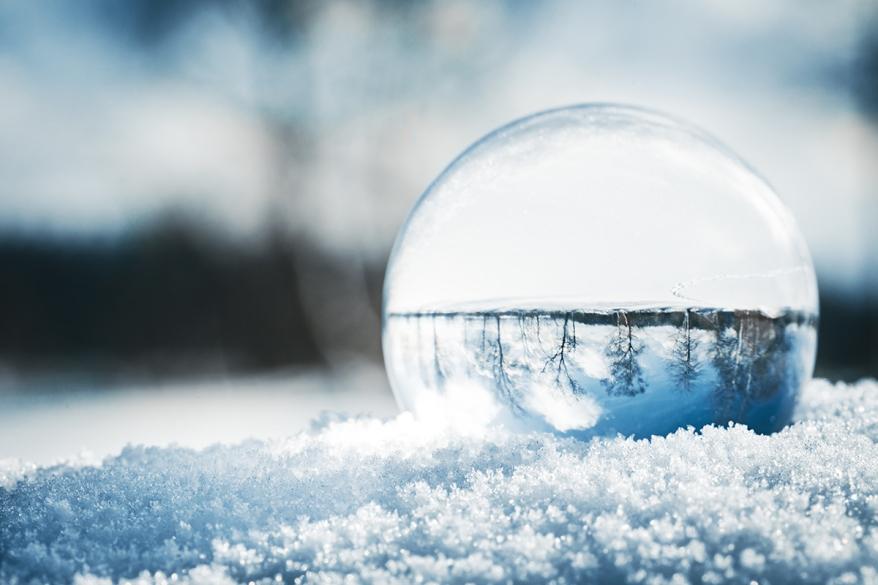 Fotokugel oder Glaskugel im Schnee, Winterlandschaft spiegelt si